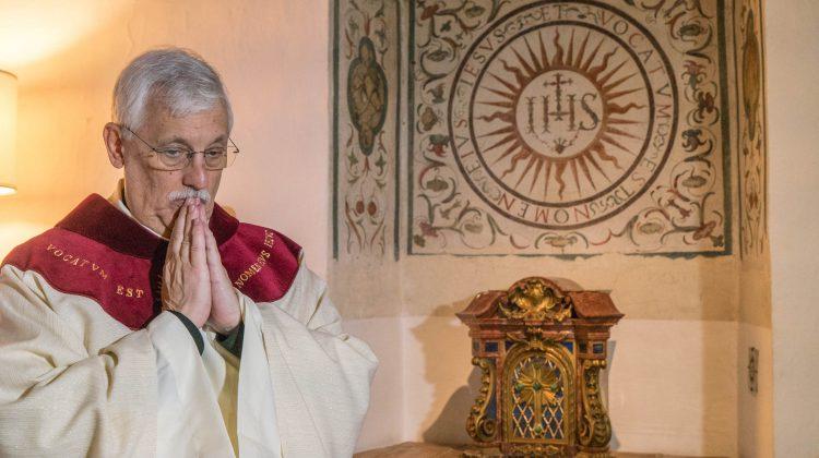 """""""Il m'a appris à contempler Dieu dans les yeux des pauvres"""" – Arturo Peraza, SJ, à propos du Père Général"""